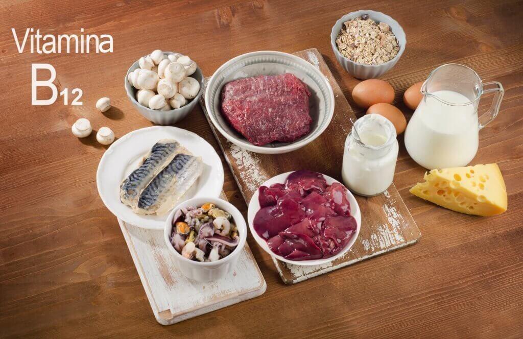 Mesa contendo carnes, fontes de vitamina B12